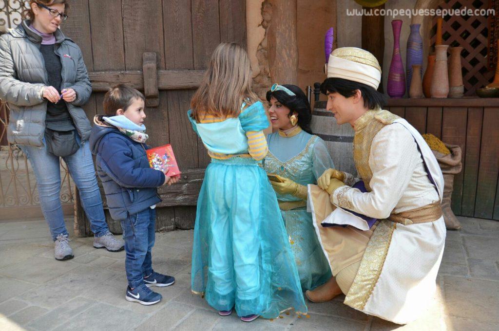 Aladdin y Jasmine a la altura de los peques firmando el libro