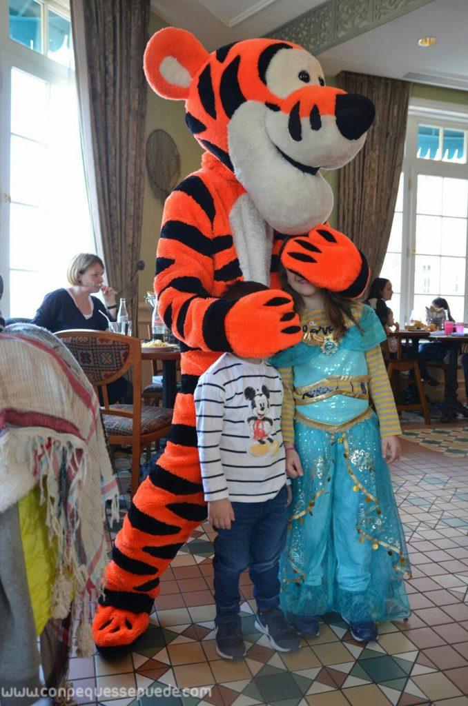 Tiger en el restaurante Inventions haciendo de las suyas con los peques