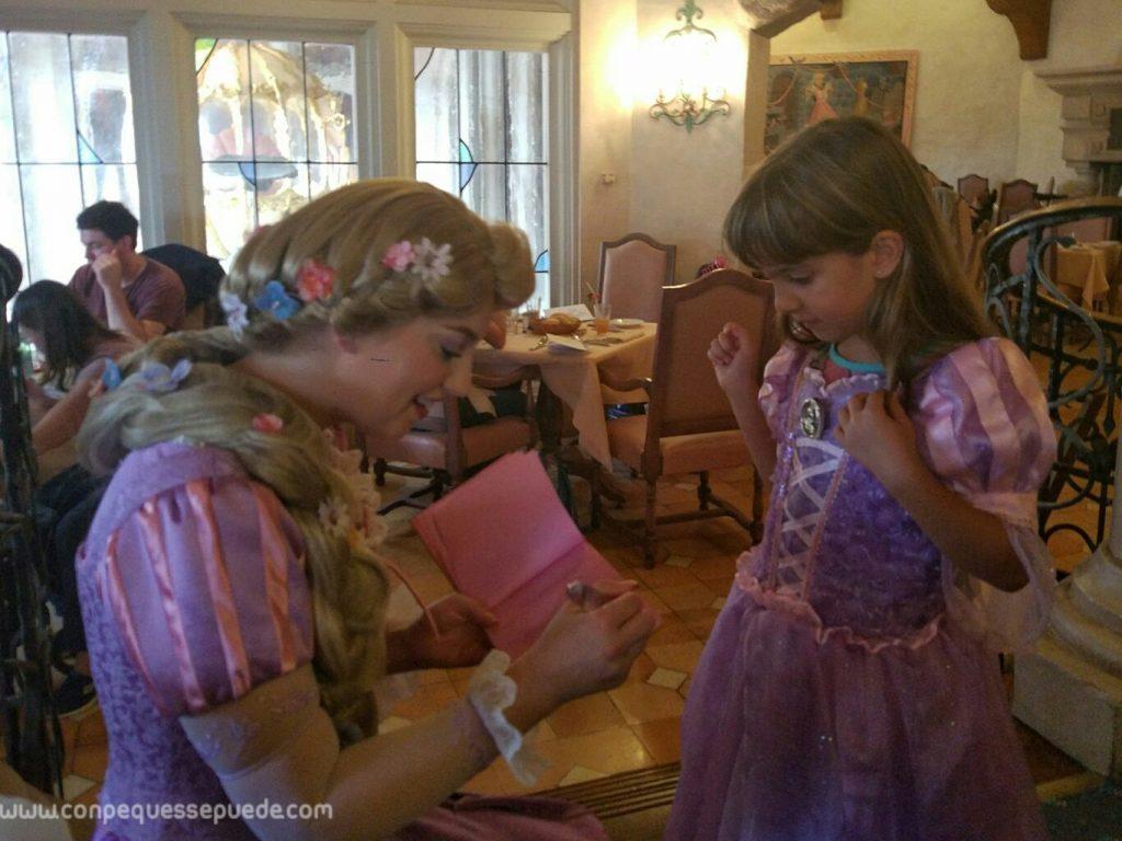 Rapunzel y la peque con el mismo vestido en el restaurante
