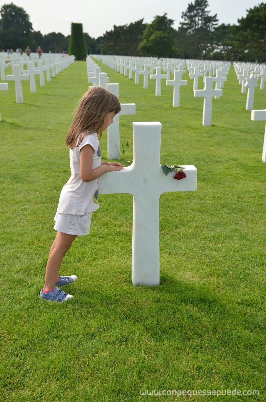 La peque poniendo flores en las tumbas