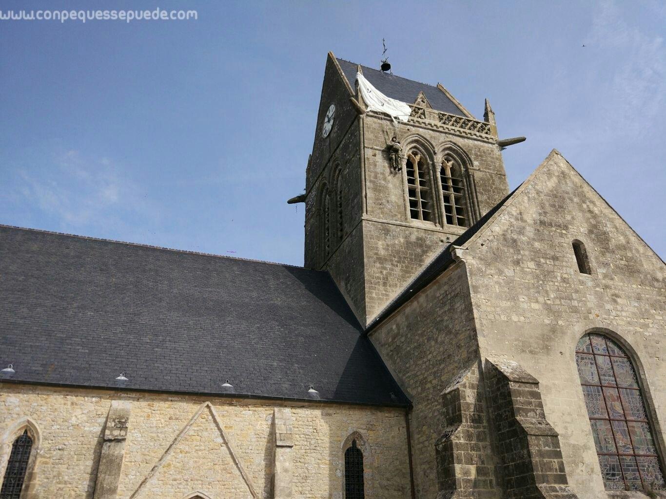 La iglesia de Sainte Marie Eglise con el paracaidista colgando