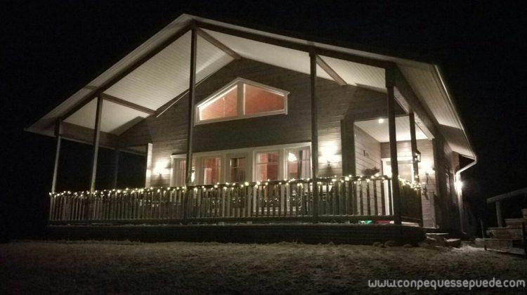 Nuestra cabaña por la noche