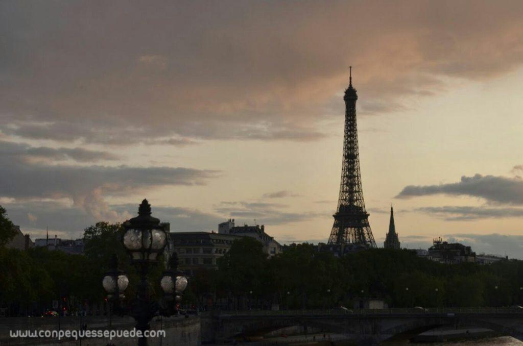 La Torre Eiffel a contraluz