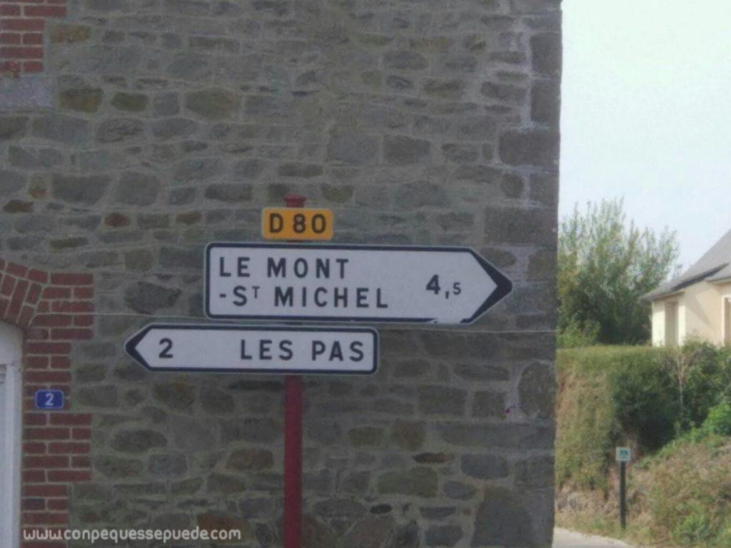 Señales de tráfico hacia Mont Saint Michel