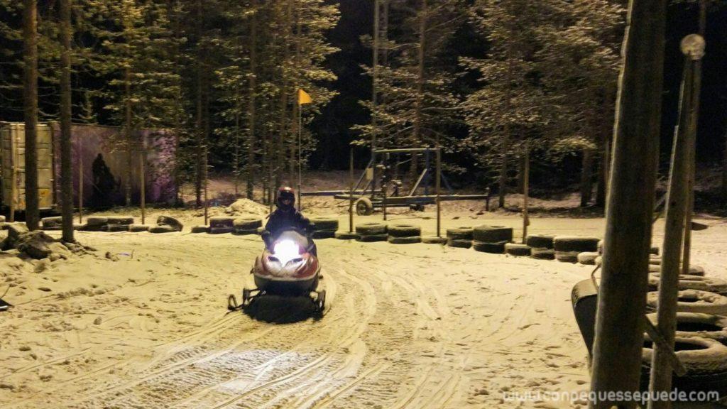 Uno de los peques conduciendo una moto de nieve infantil por un circuito cerrado