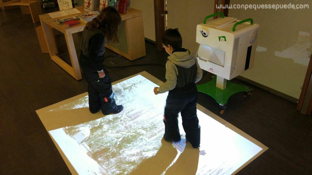 Proyección en el suelo en la que podían jugar los más pequeños