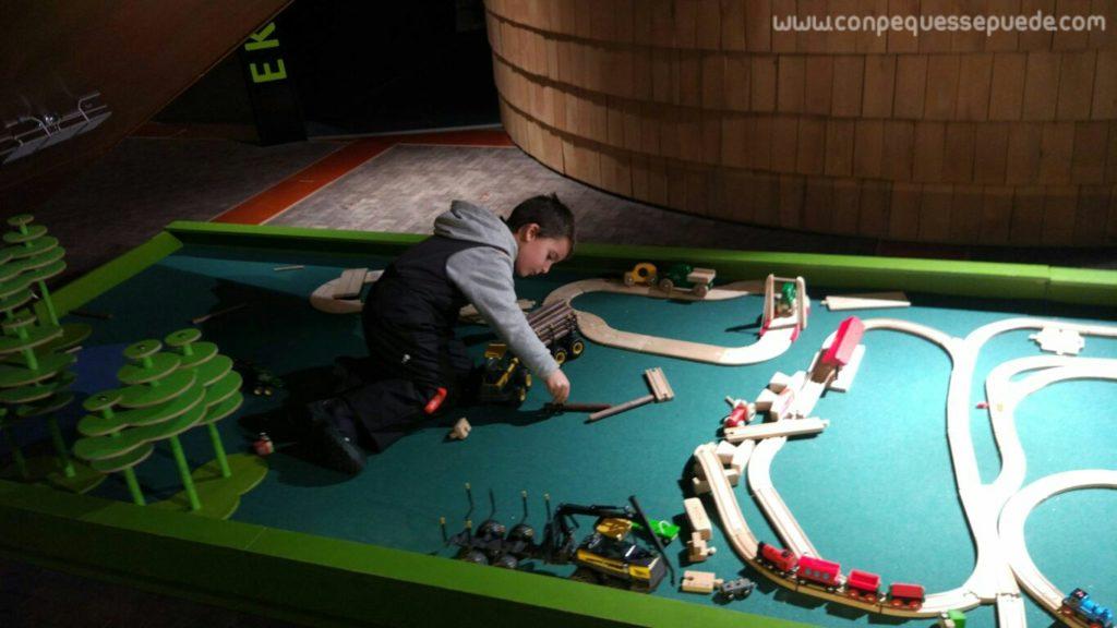 El peque jugando con juguetes de madera... excavadoras, trenes...