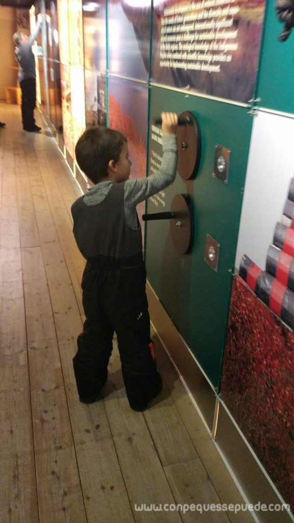 Peque girando una manivela en una parte del museo para ver qué sucedía