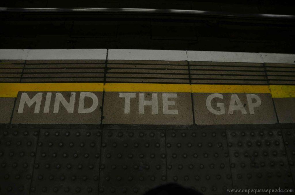 Señal de Mind the gap en el suelo a la entrada del metro