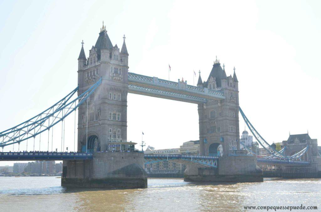 Panorámica de Tower bridge en un día soleado