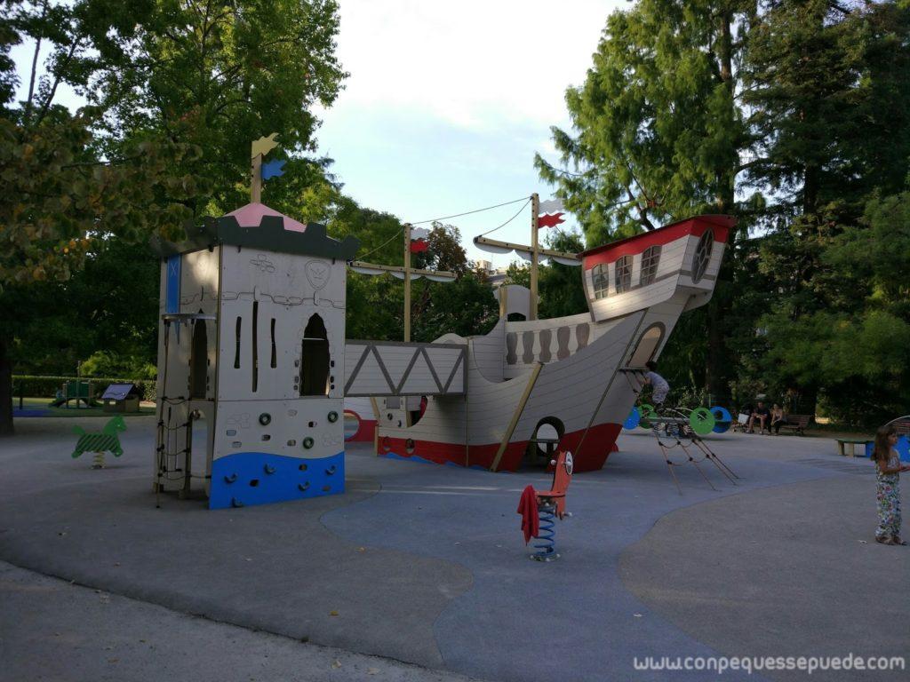 Parque infantil con barco de piratas