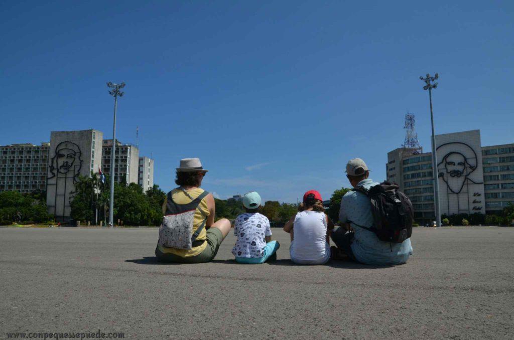 La familia en la plaza de la revolución