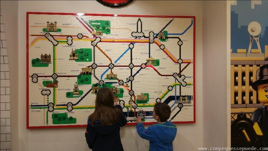 Mural del metro de Londres en la Lego Shop