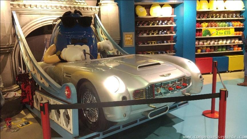Vehículo tematizado en la tienda M&Ms World