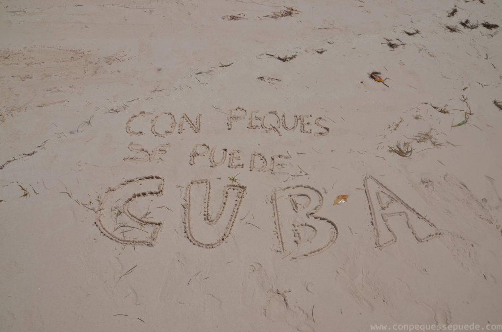Cuba con niños escrito en la arena