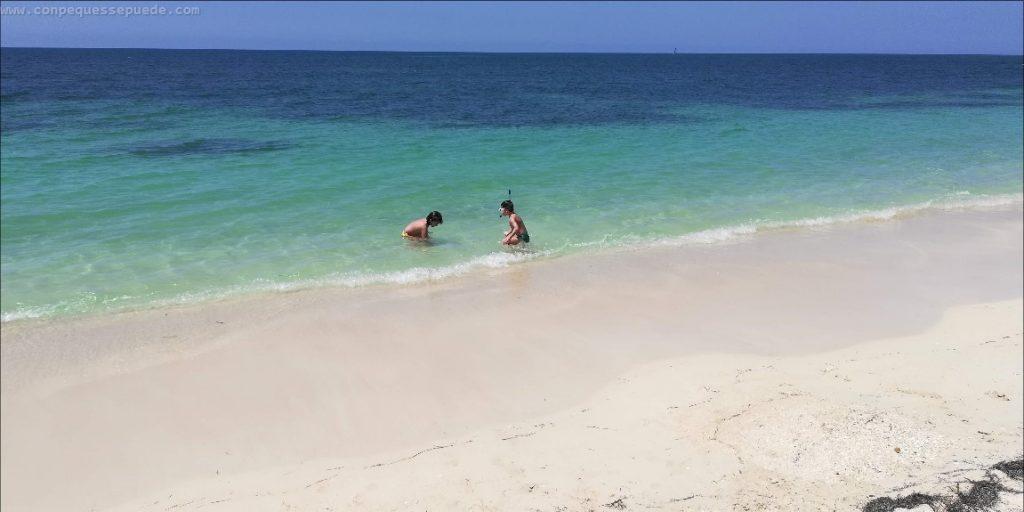 Los niños jugando en la fantástica playa Ancón en el agua turquesa