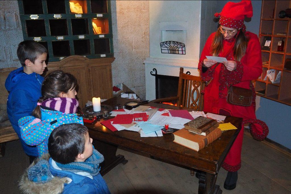 Una de las elfos enseñándonos algunas de las cartas recibidas... antes de entrar a conocer al 'jefe'!